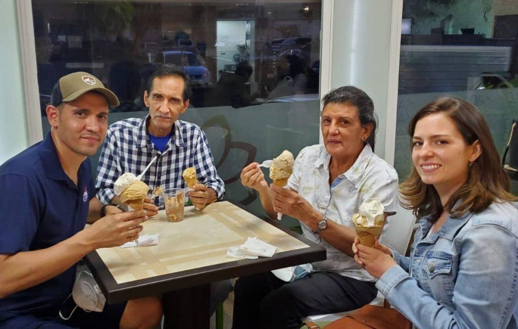 Mi papá y mi mamá junto con Rony y su esposa Kheyala
